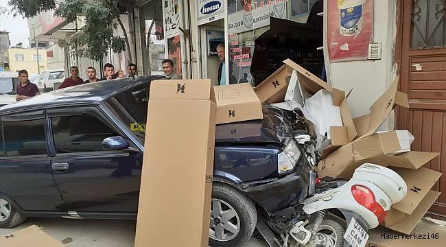Ehliyetsiz sürücünün kullandığı otomobil iş yerine girdi