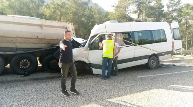 Yabancı işçileri taşıyan servis kamyona çarptı: 2 ölü, 11 yaralı
