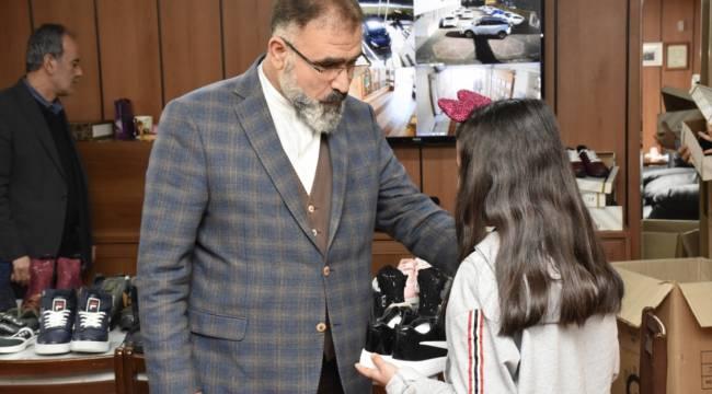 Kahramanmaraş'ta ihtiyaç sahibi öğrencilere ayakkabı ve mont yardımı