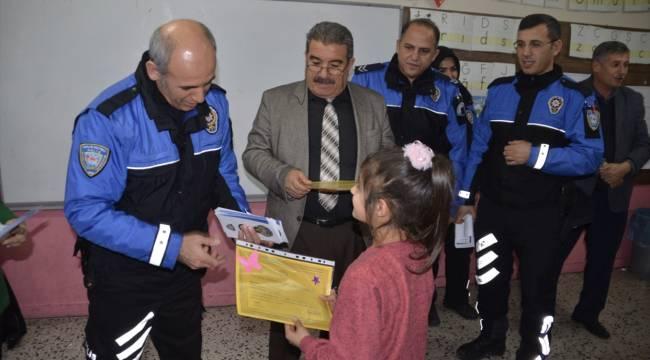 Kahramanmaraş'ta öğrenciler, karnelerini polisten aldılar