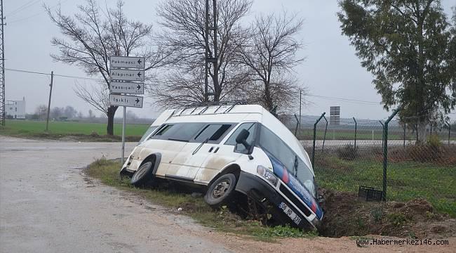 Tarım işçilerini taşıyan minibüs ile otomobil çarpıştı: 10 yaralı