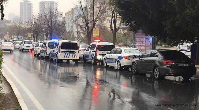 Alkollü kişiye müdahale eden polis bıçakla yaralandı