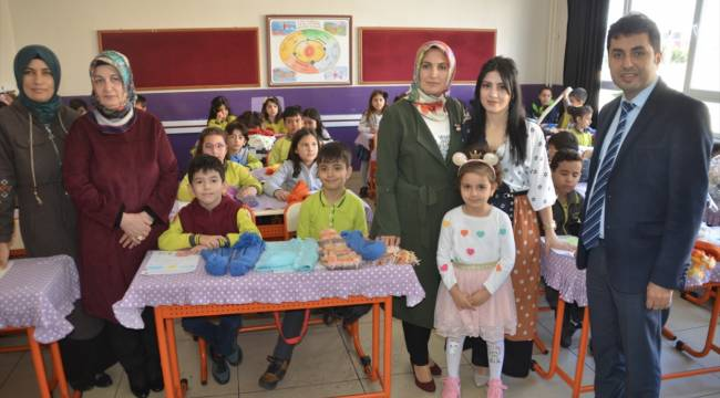 İlkokul öğrencileri, ailelerinin desteğiyle ördüğü atkı ve bereleri Elazığ'daki çocuklara gönderdi