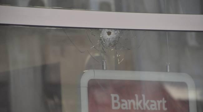 Kahramanmaraş'ta bankanın camına yorgun mermi isabet etti