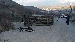 Devrilen kamyonetteki 2 kişi yaralandı
