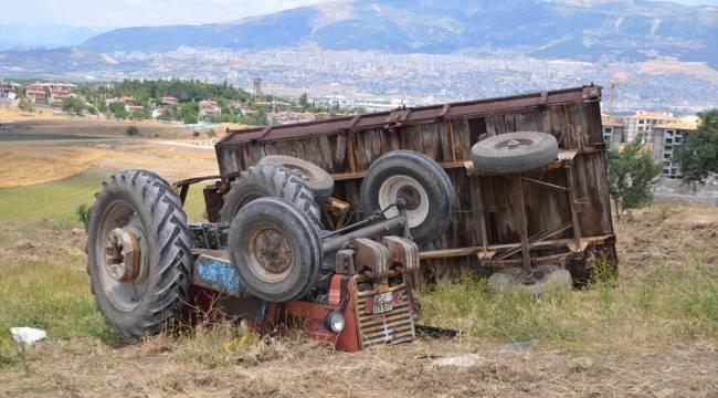 Kahramanmaraş'ta devrilen kum yüklü traktörün altında kalan sürücü öldü