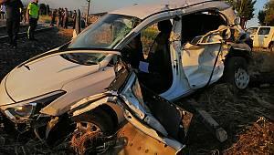 Otomobil yük trenine çarptı: 2 kişi yaralandı