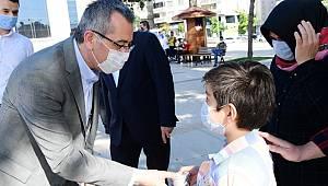 Başkan Güngör çocuklara luppo değil dondurma dağıttı