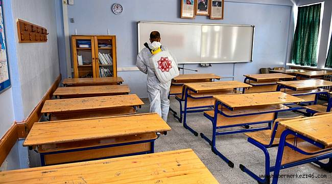 Elbistan Belediyesi, sınav yapılacak tüm okullarda ilaçlama yapıyor
