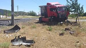 Kahramanmaraş'ta trenin çarptığı tırın sürücüsü öldü