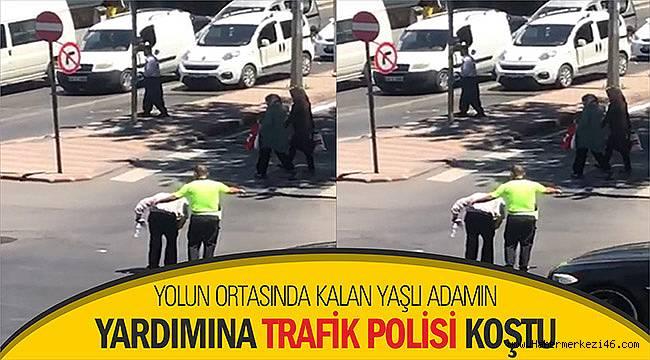 Yolun ortasında kalan yaşlı adamın yardımına trafik polisi koştu
