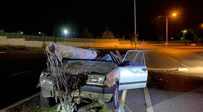 Kahramanmaraş'ta otomobil aydınlatma direğine çarptı: 2 yaralı