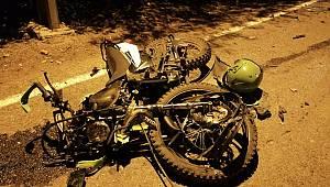 Motosiklet kamyonete ok gibi saplandı: 2 ağır yaralı